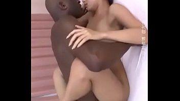 Asiática em porno interracial com o super negao
