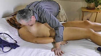 Coroa massageando sua esposa e tendo orgasmos na rola