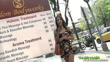 Asiática super magrinha adorando pica e sorrindo