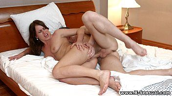 Gata toda sensual dando na cama ao amigão