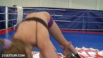 Sexo entre professora e aluna safadas no ringue