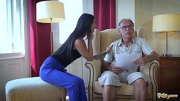 Avô transando com as duas novinhas virgens