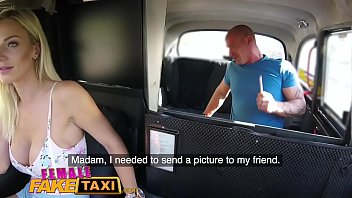 Mulher taxista transando com o cliente
