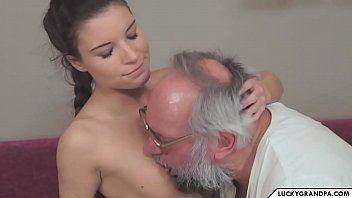 Neta gostosa transando com o avô