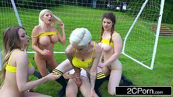 Porno gratis jogadoras de futebol sem vergonhas fazendo sexo oral grupal na rola do treinador e uma das putinhas dá buceta pra ele