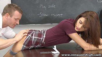 Pornografia na escola com a novinha estudiosa