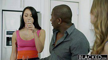 Vídeos porno gratis negro safadão fazendo suruba com duas gatas gostosas