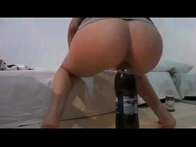 Brasileira sentando na garrafa de refrigerante