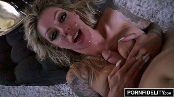 Pornfidelity mulher tatuada fazendo sexo forte