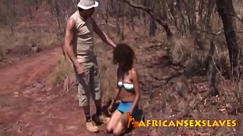 Africana sendo estuprada na savana