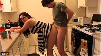 Transando com a prima na cozinha