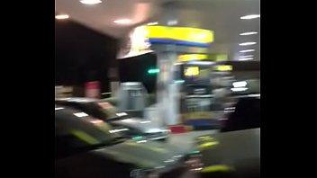 Porno brasileiro Puta gostosa aproveita filas de carro no Posto Ipiranga e faz serviço extra