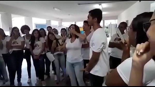 Cai na net professora ensinando a por camisinha com a boca