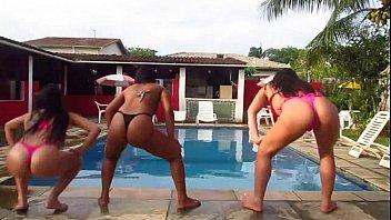 Xtube Gostosa rebolando até o chão na beira da piscina