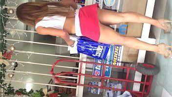 Pornor mulher gostosa rabuda de mini saia fazendo compras