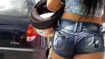 Video pornos piriguete safada na rua de shortinho curto mostrando parte da bunda gostosa