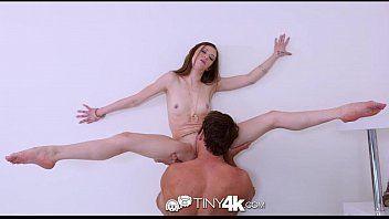 Porno novinha flexível bem safada fazendo sexo