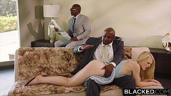Loira do cuzinho rosa transando com homens negros