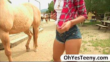 Morena bem gostosa em vídeo de sexo gratis fodendo
