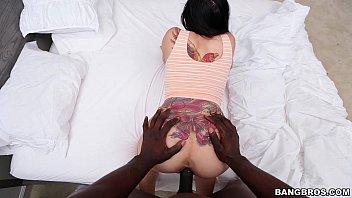 Sexo transa com gostosa tatuada transando com negro
