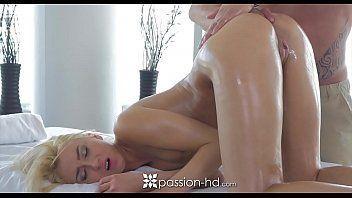 Garotas nuas loira de quatro recebendo massagem no bumbum