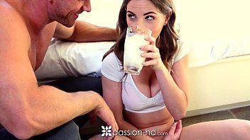 XXX video porno novinha metendo com namorado depois de se refrescar com um copo de leite