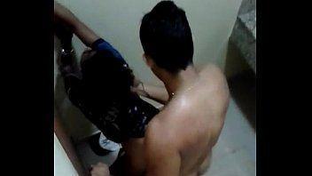 Vadia caiu na net transando no banheiro