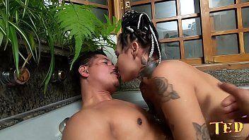 Mulher maravilhosa metendo na banheira