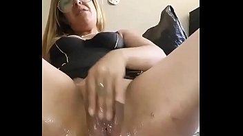 Coroa masturbando a chulapa enorme na cam